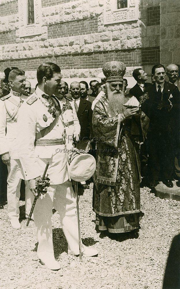 Patriarhul Miron Cristea şi regele Carol al II-lea înconjoară biserica