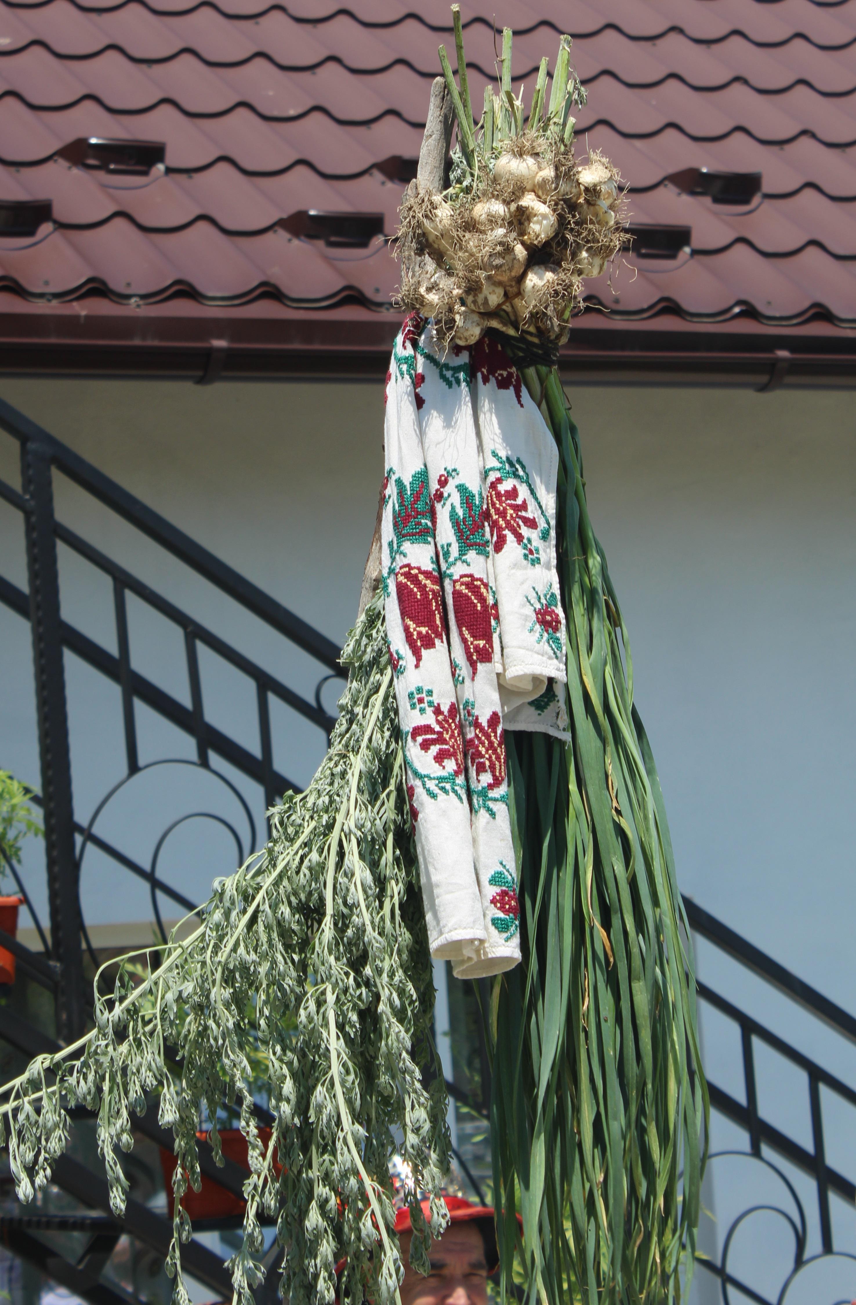 Vârful împodobit al steagului Călușarilor din Costești, Argeș