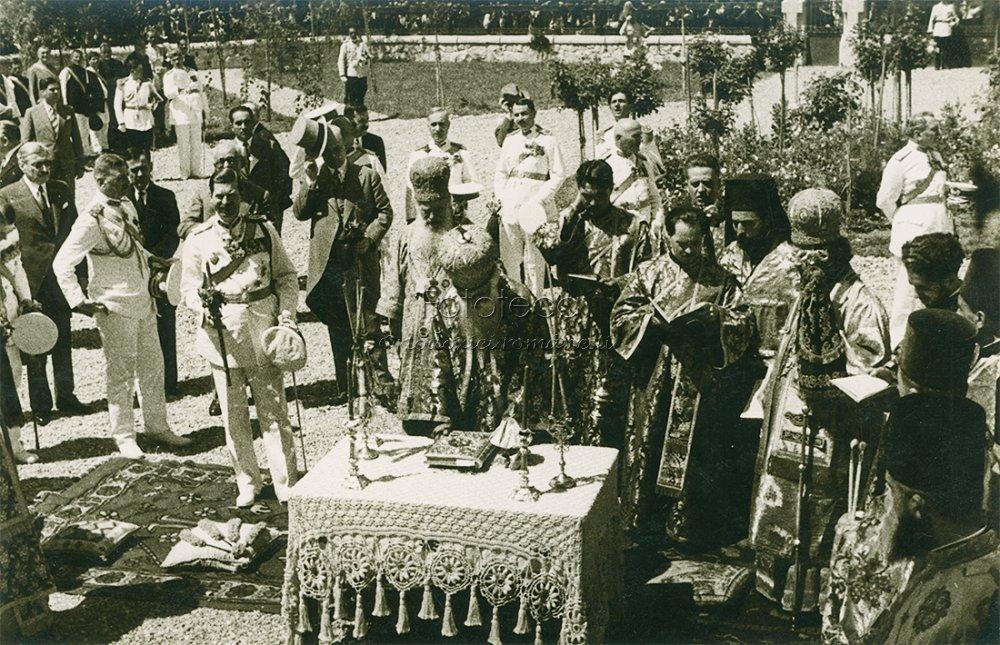 Soborul de clerici în frunte cu patriarhul Miron Cristea și regele Carol al II-lea la sfințirea bisericii din Costești