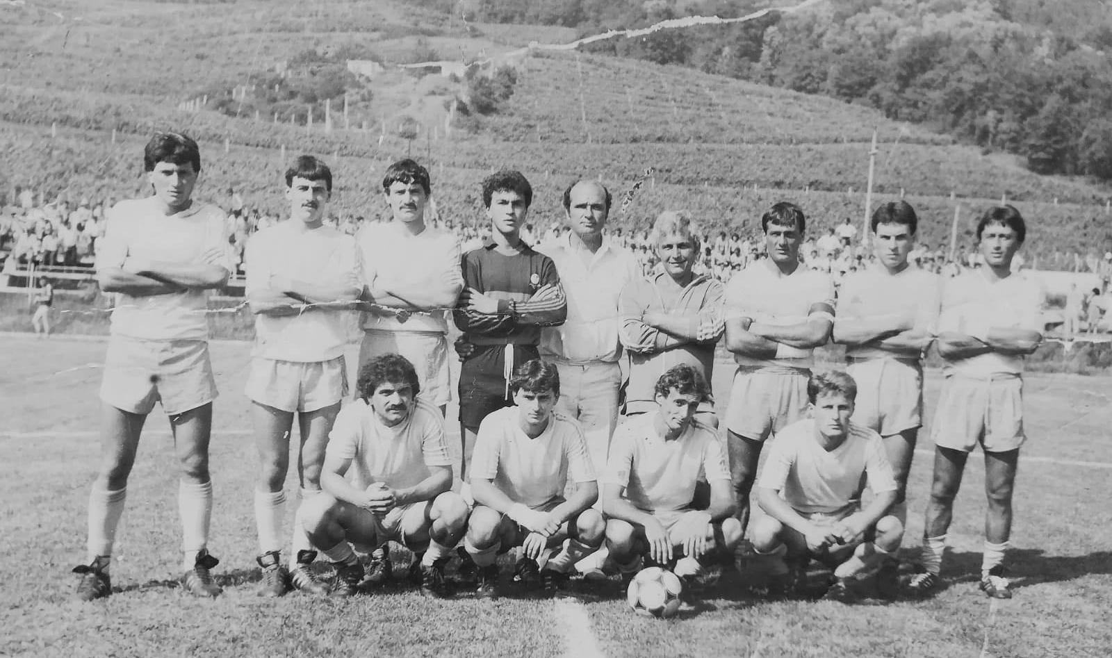 Stadionul din Ștefănești - Echipa Mecanica Fină Costești la barajul cu Carpați Agnita 2-1