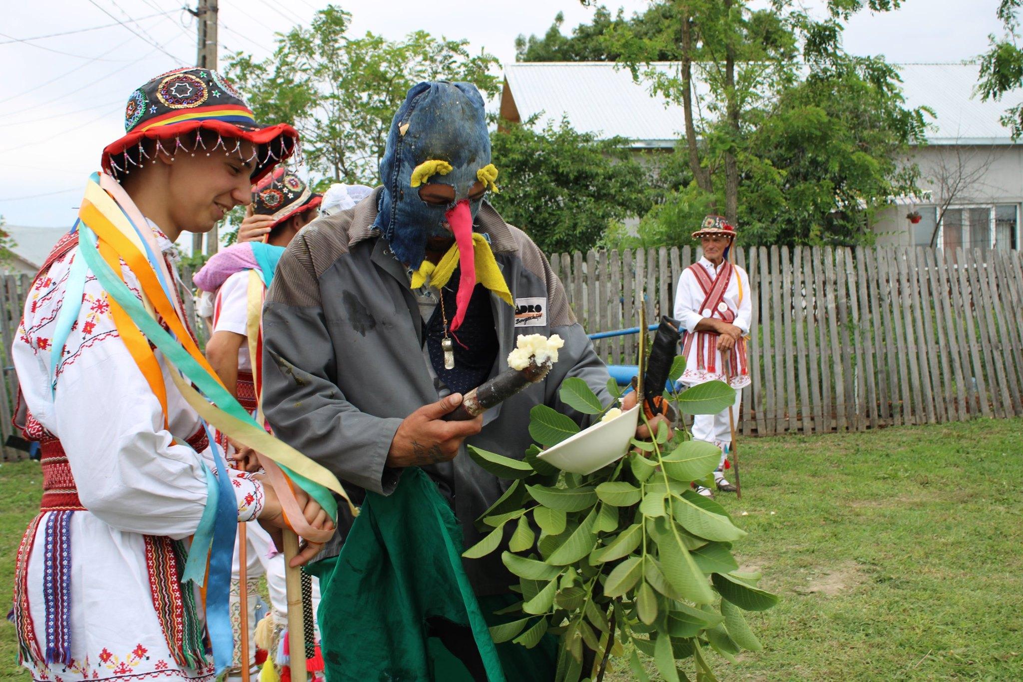 Mutu' este costumat cu haine vechi, rupte și peticite, poartă pălărie (sau căciulă) şi mască