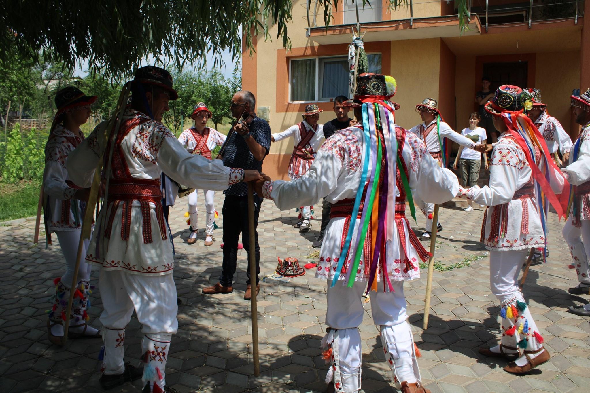 Hora călușarilor Costești