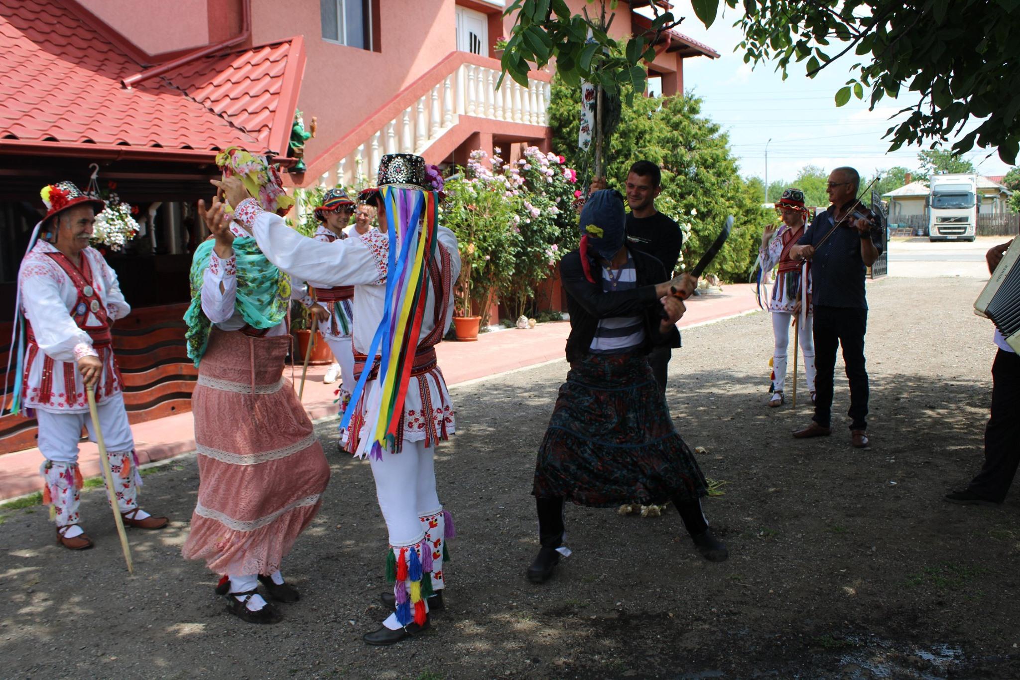Călușul se joacă la Costești în fiecare an, în ziua de Rusalii