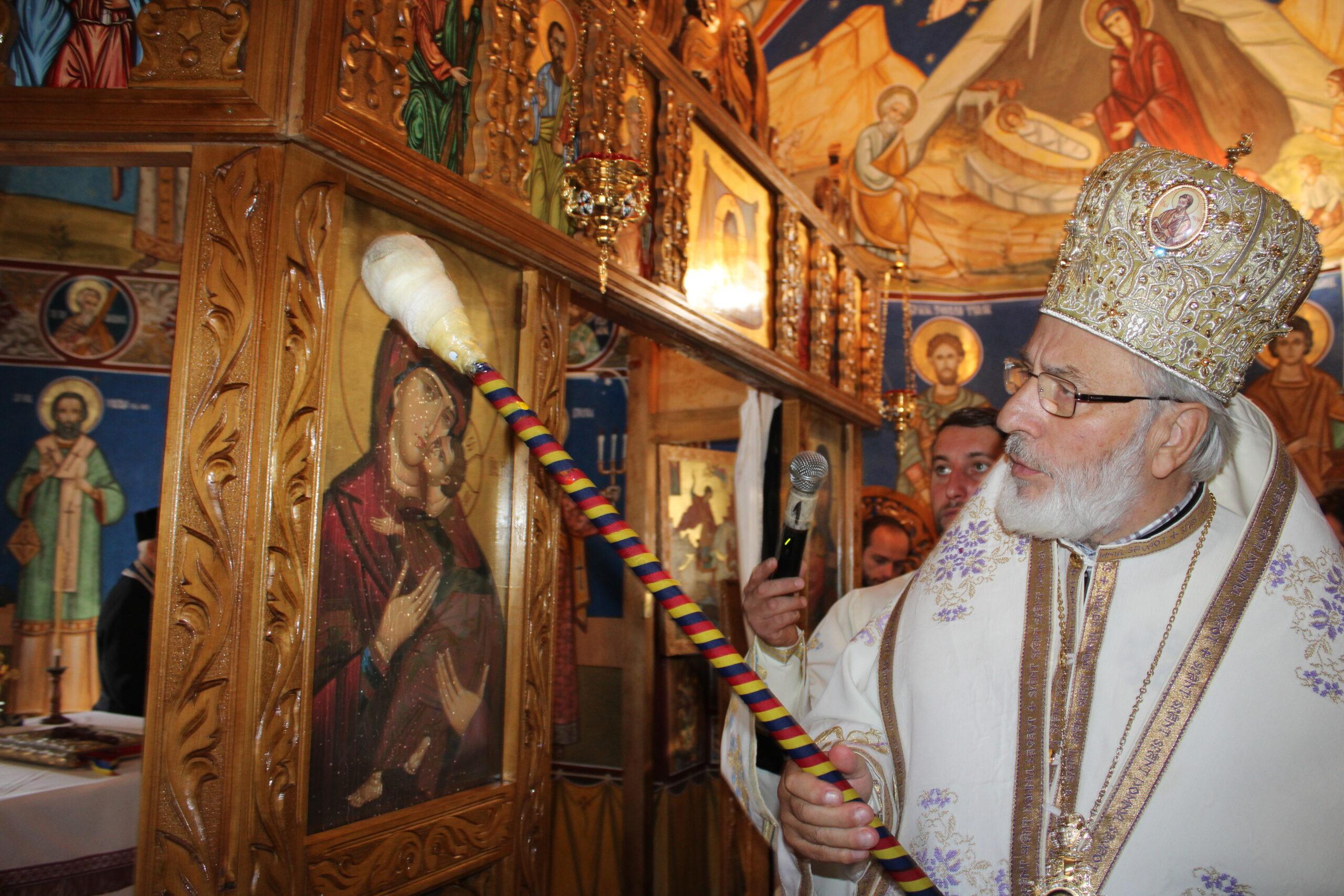 """Arhiepiscopul Calinic al Argeșului și Muscelului a sfinţit Biserica """"Sfinții Arhangheli Mihail și Gavriil"""" din Orașul Costești, Argeș"""
